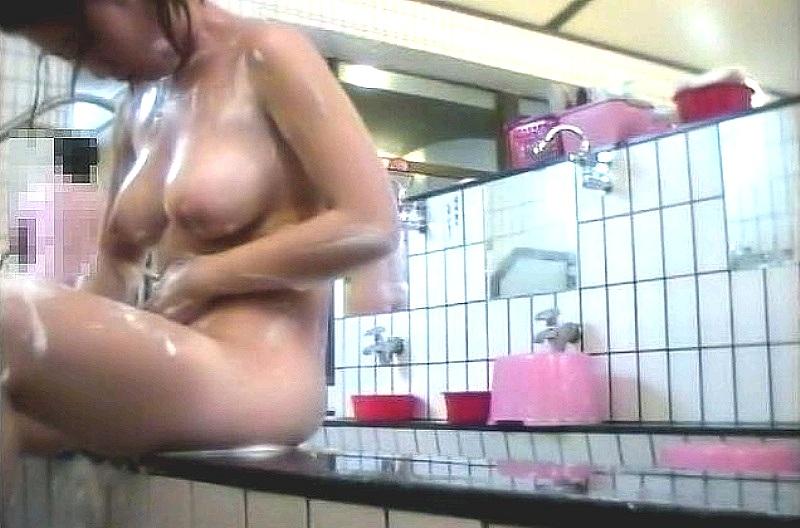 巨乳美女がマンコを念入りに洗ってる!