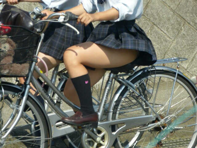 スカートがフワッと捲れて太ももとパンツが丸見え!