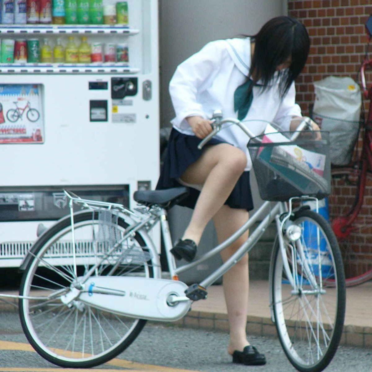 女子校生が自転車に乗る瞬間にパンチラ!