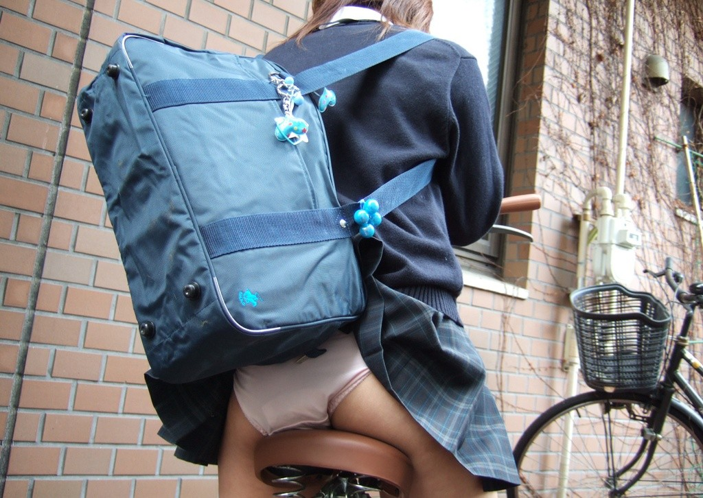 鞄でスカートが捲れてパンチラしてるけど気づいてない!