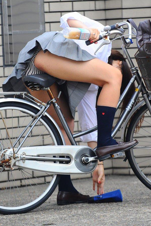 自転車に乗って物を拾ってる時にパンチラしてるJK!