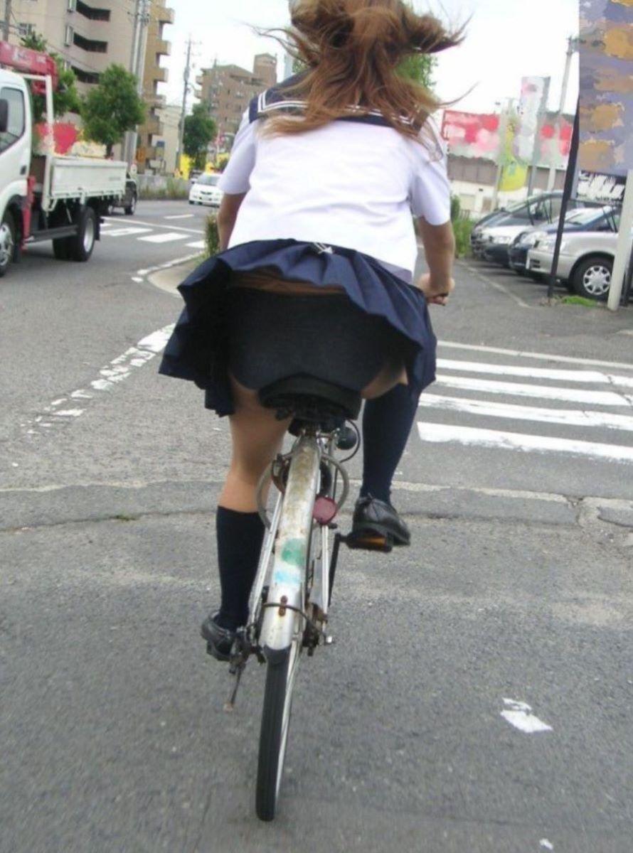 自転車通学する女子校生の大胆パンチラ!