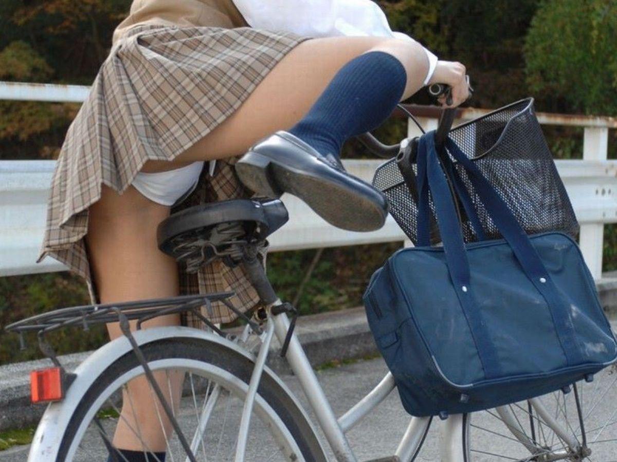 自転車に跨って自然にパンチラしてしまうJK!