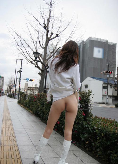 歩道で下半身をモロ露出してる変態妻さん!