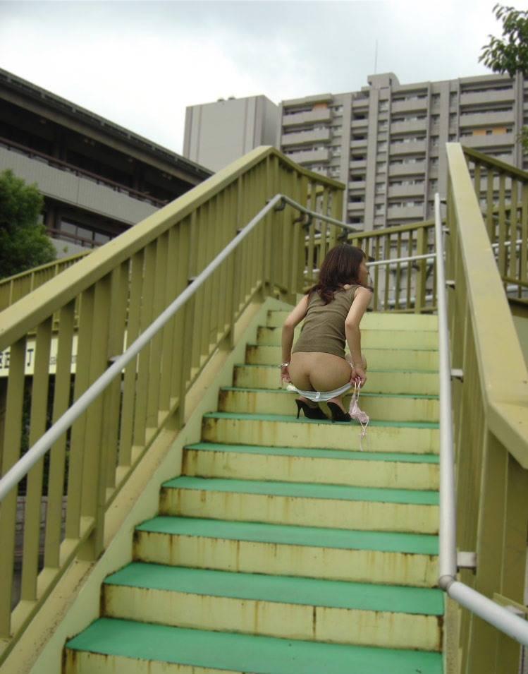 歩道橋の階段でスカート下ろして半ケツ状態の人妻!