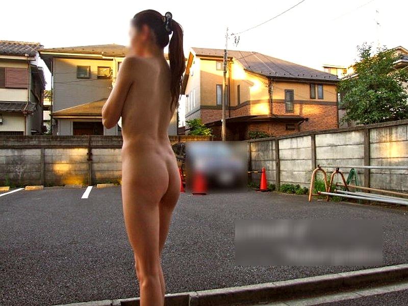 住宅街を全裸で徘徊してる露出狂の奥さん!