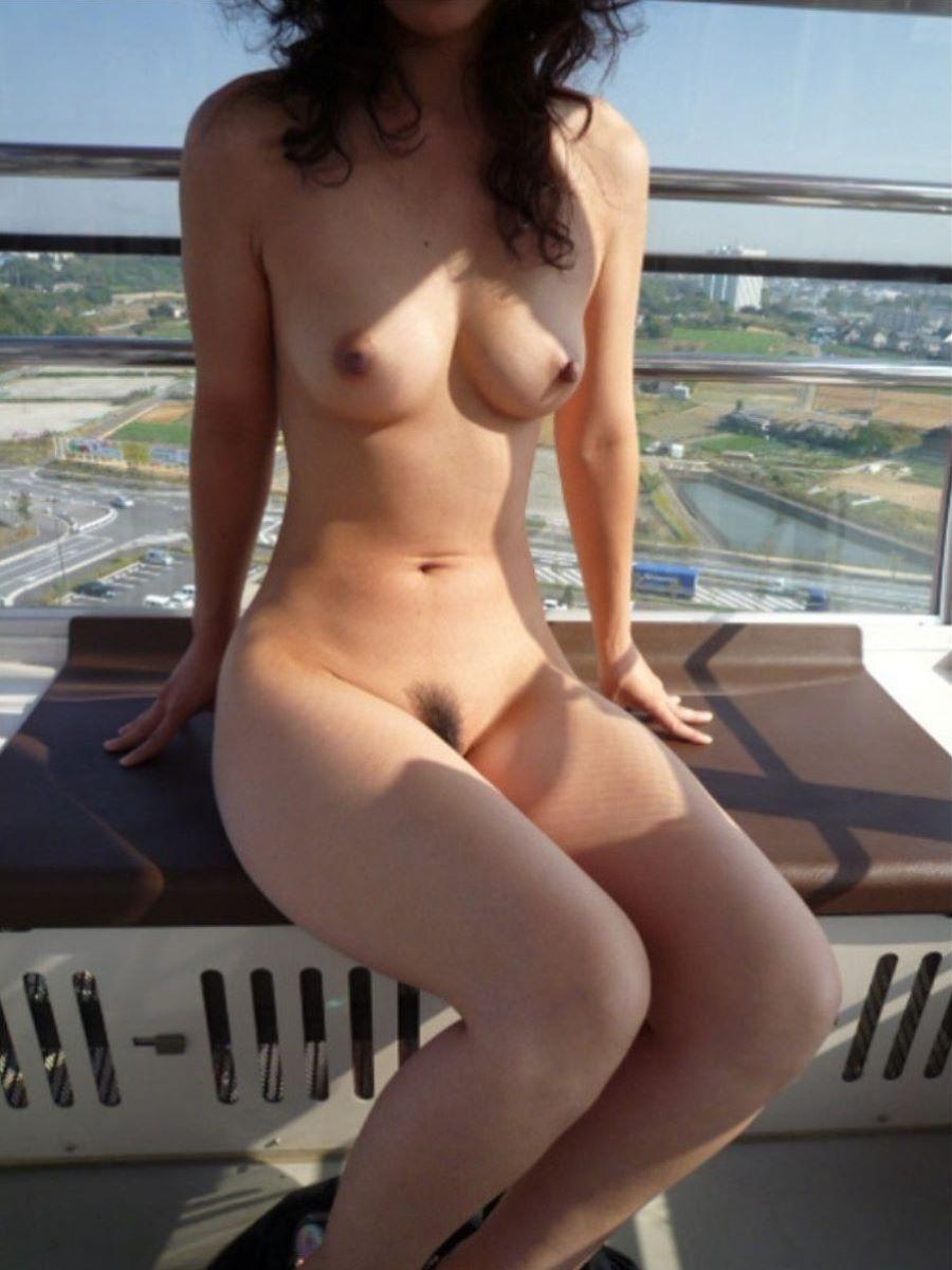 観覧車の中で全裸になって露出プレイを楽しんでる変態妻!