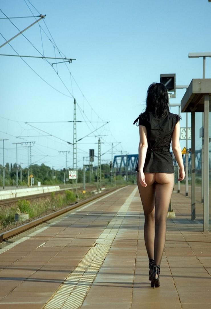 駅ホームでスレンダー熟女が黒パンストお尻を晒す!