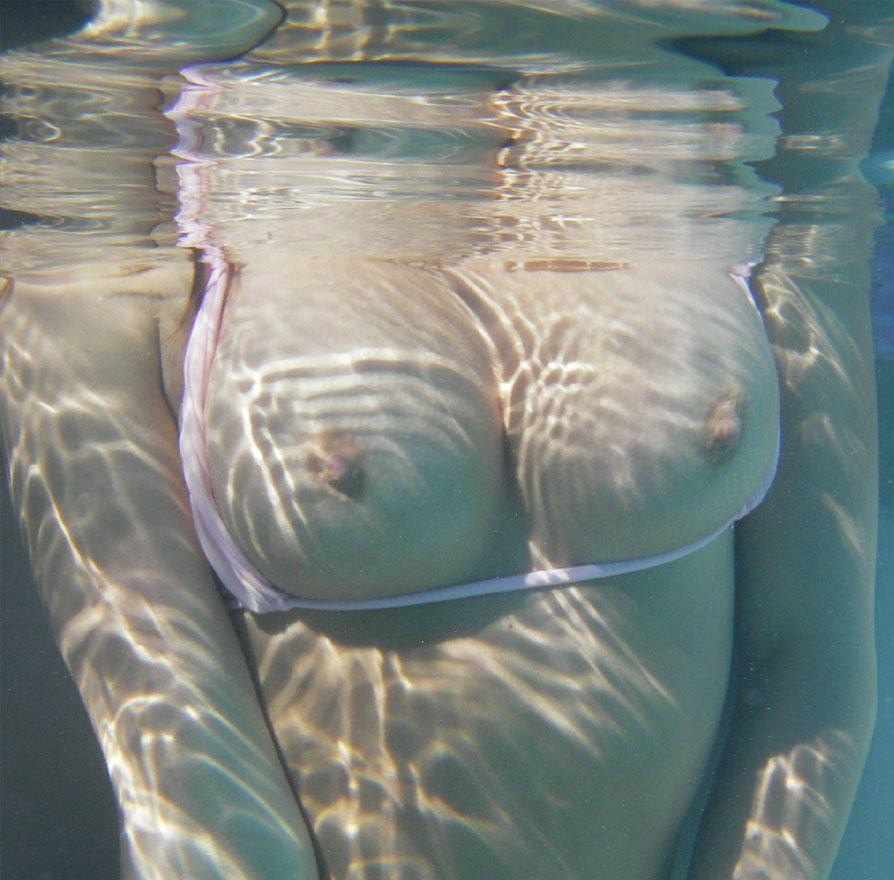 水中で撮影されたおっぱいが神秘的すぎる!