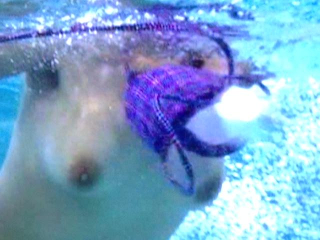 水の中で水着が外れちゃっておっぱい丸見え!