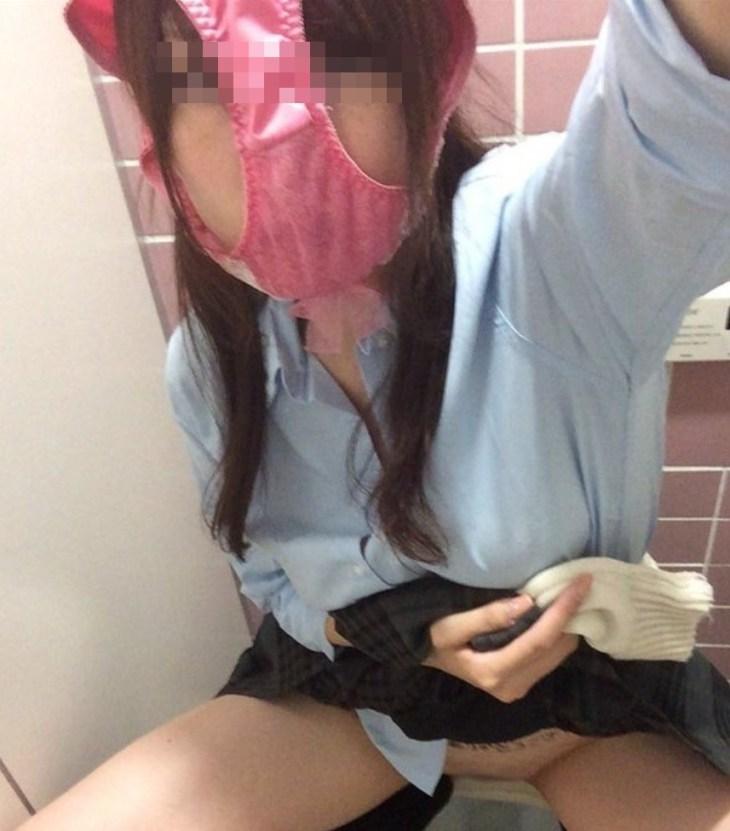 女子校生がピンク色パンツを被っててドン引き!