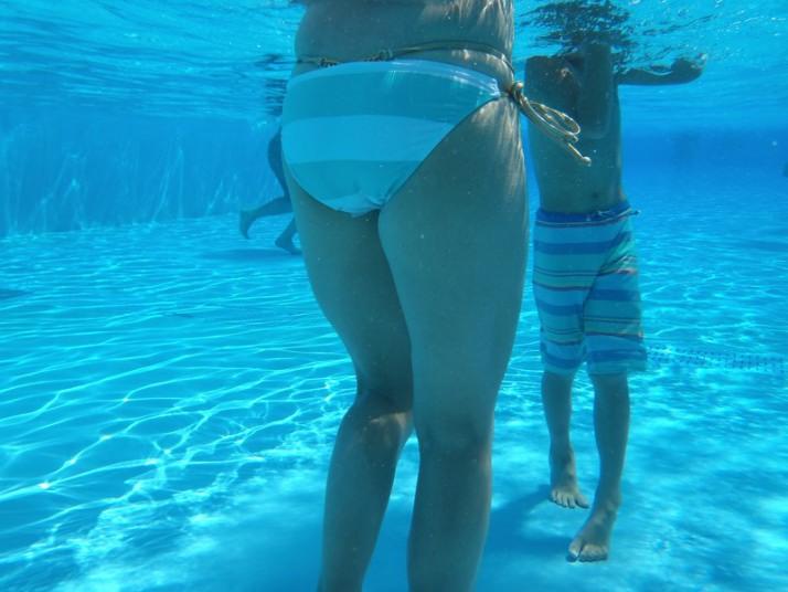 水中で子連れ人妻のムッチリしたお尻を隠し撮り!
