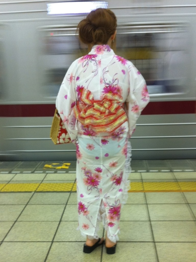 電車待ちしてる浴衣女性のパンツをスケスケ!