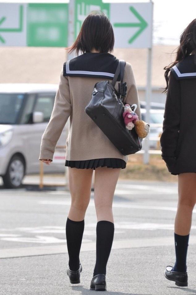 引き締まった足がセクシーな女子校生を街撮り!