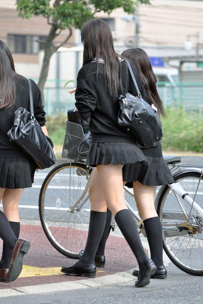 男の視線を釘付けにする女子校生の美脚を盗撮!
