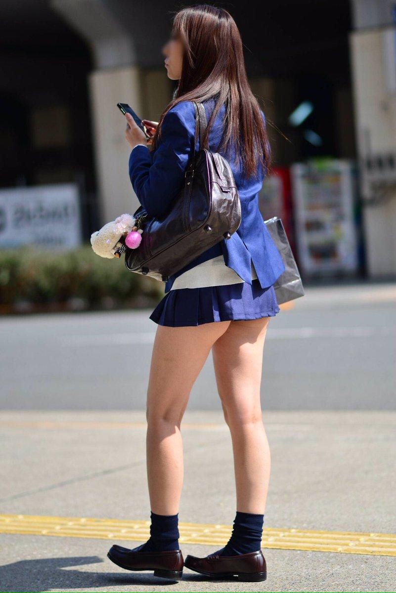 ミニスカ過ぎて尻肉が見えてる美脚の女子校生!
