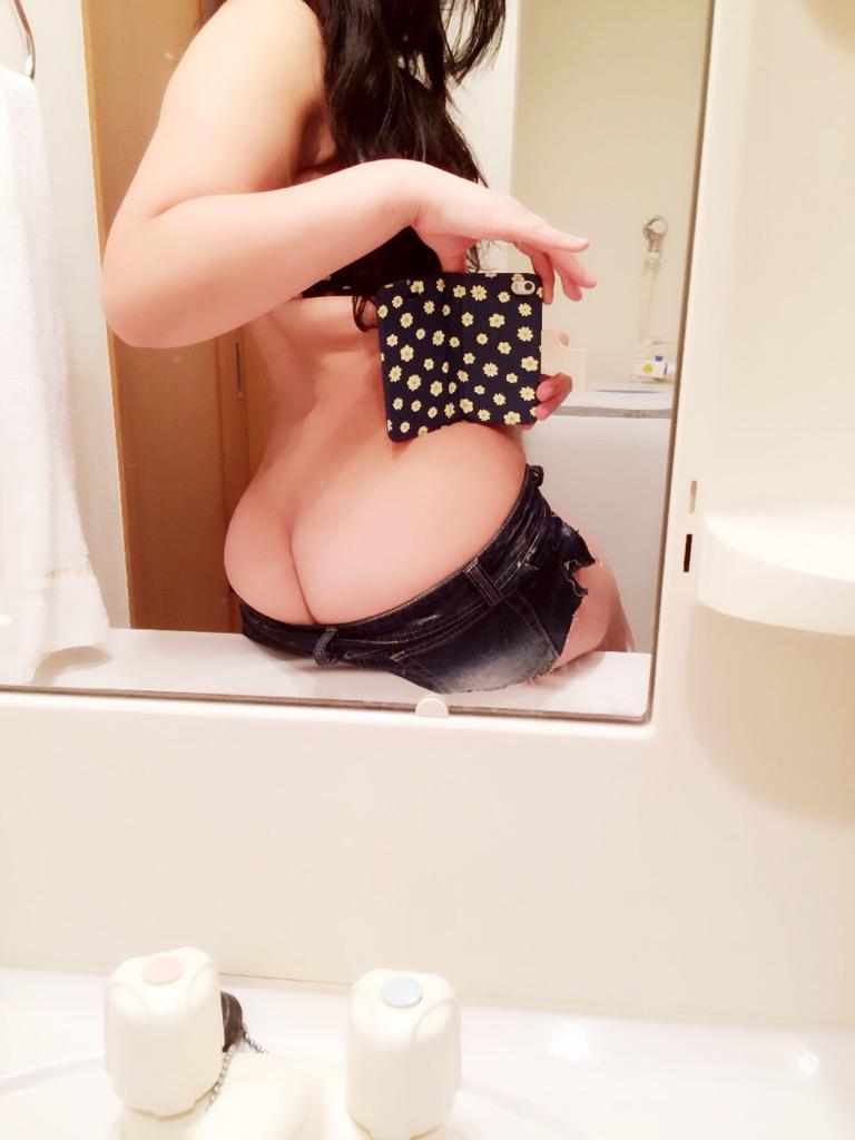 洗面所の鏡の前で自撮りする美尻の素人さん!