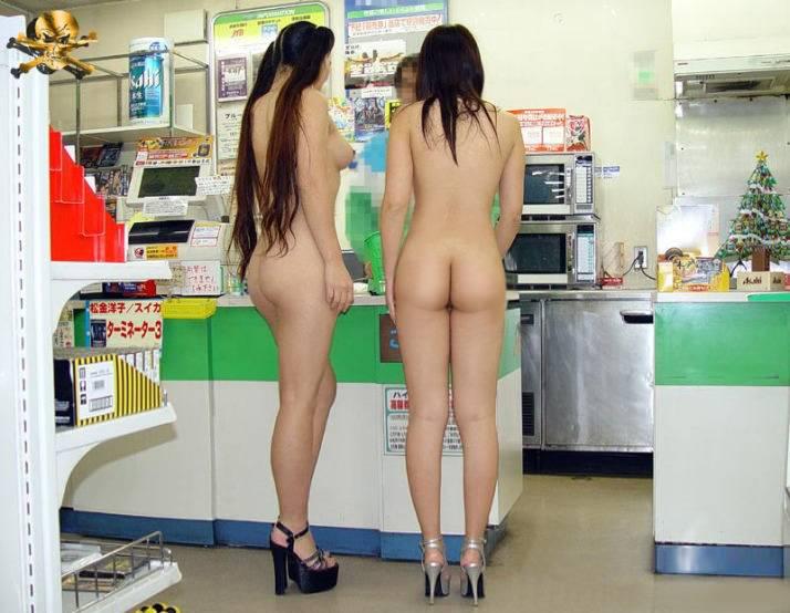 コンビニで全裸になって買い物する露出狂の変態女!