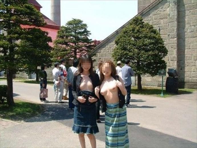 観光地で胸を晒して記念撮影してる!