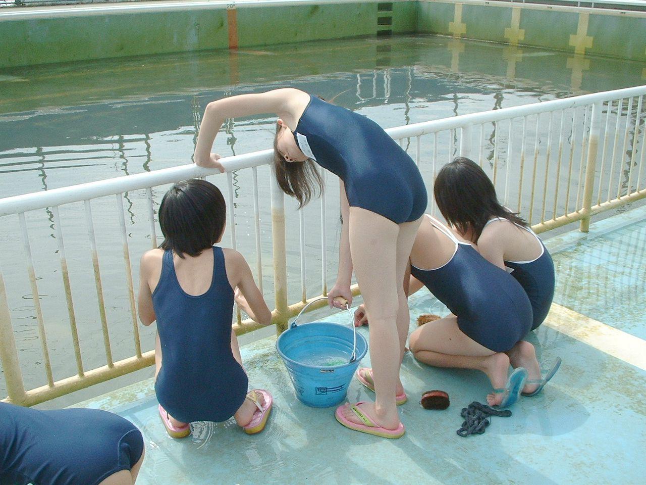 スクール水着姿でプール掃除するJCを隠し撮り!