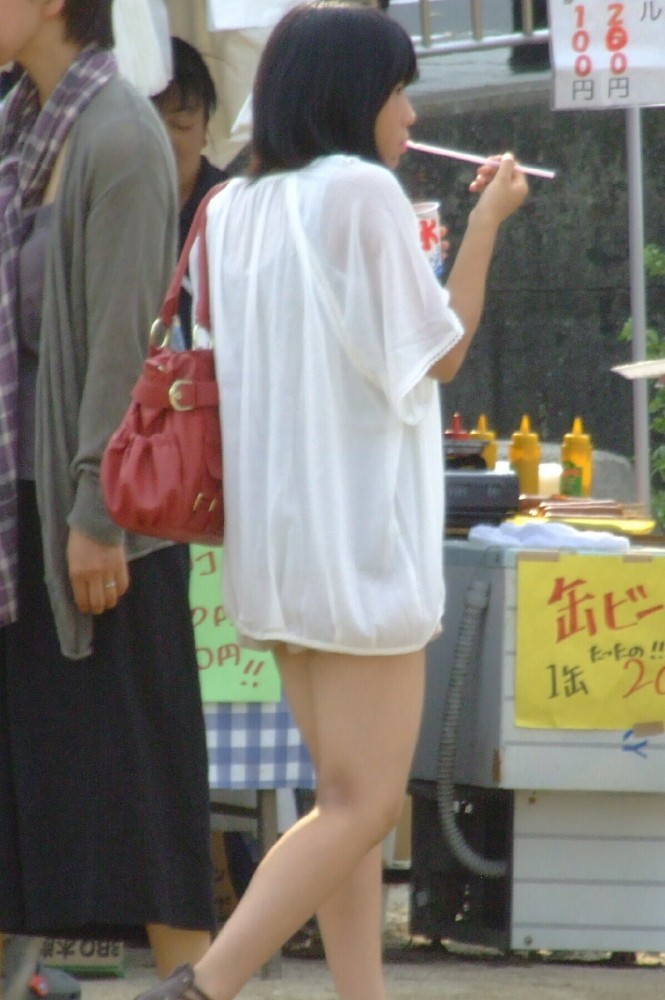 かき氷を食べてるJCの可愛い美脚を盗撮!
