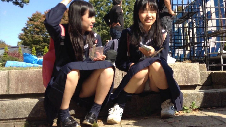階段に座って友達とお喋りしてる女子校生のパンチラ!