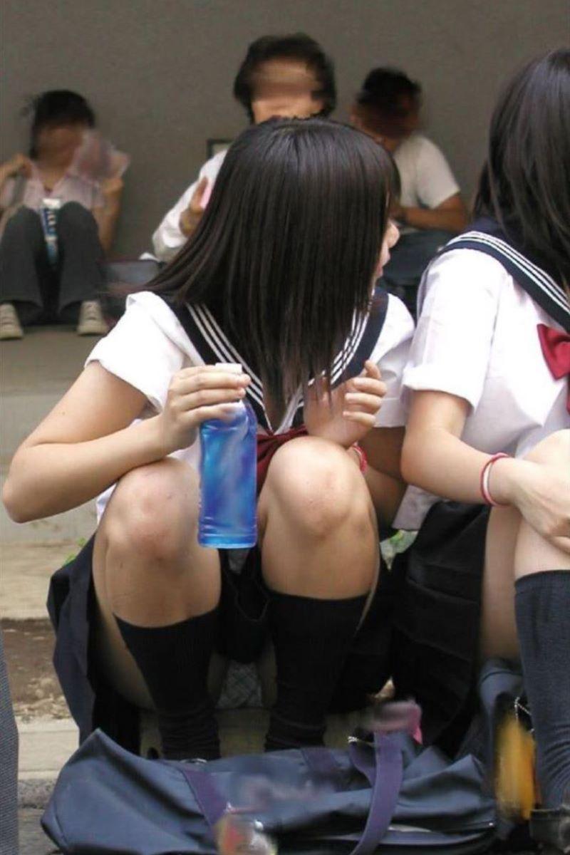地べたに座るミニスカ女子校生の股間を隠し撮り!