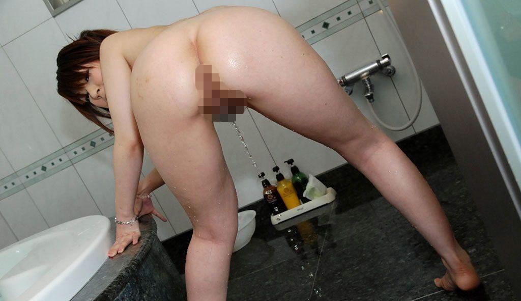 風呂場で立ちバックの体勢でオシッコ!