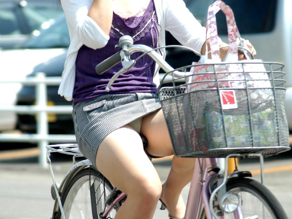 太ももだけでも抜けそうな自転車パンチラ!