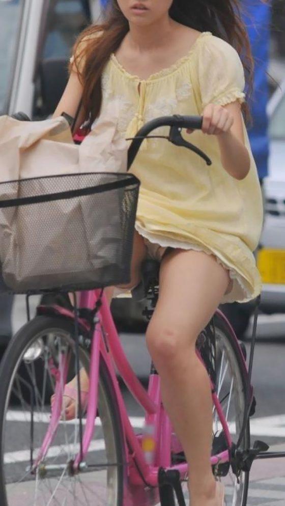 スカートで自転車に乗った女子の股間を隠し撮り!