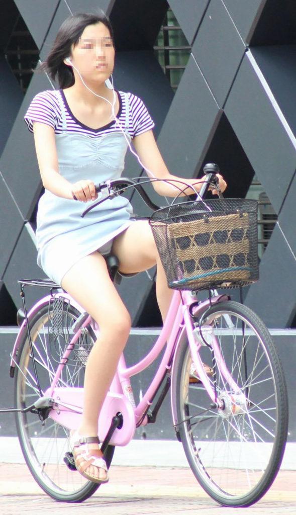 ミニスカ美少女が自転車に平気でパンチラする!