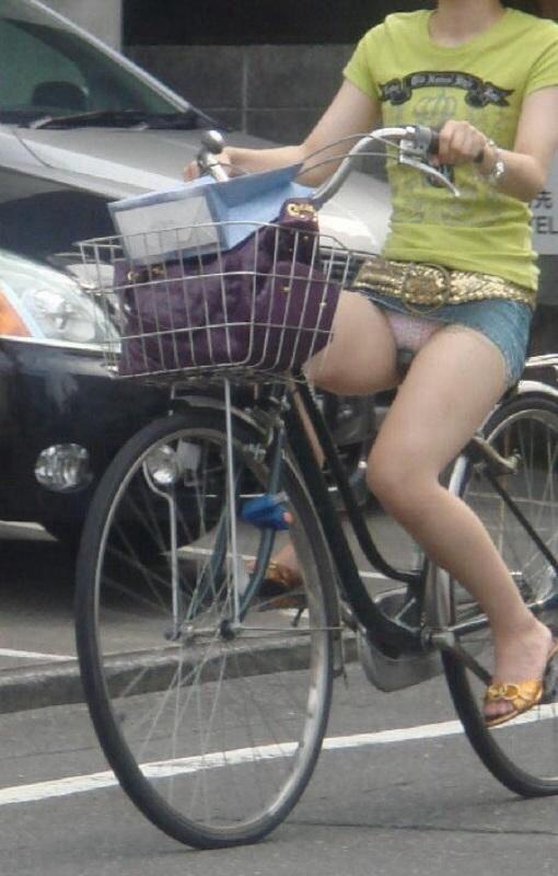 超ミニスカを履いて自転車に乗ってパンチラ!