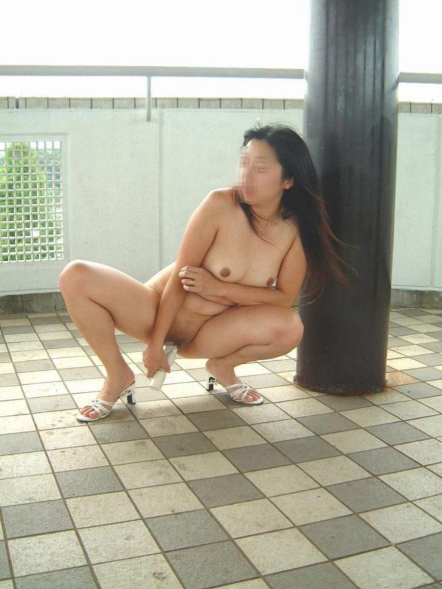 全裸の熟女がバイブでマンコを刺激してる!