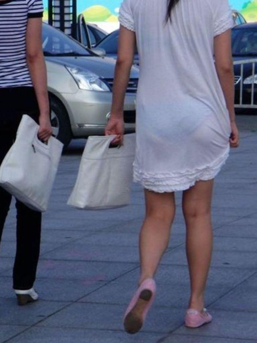 パンツが透けて丸見えの女性を尾行する!