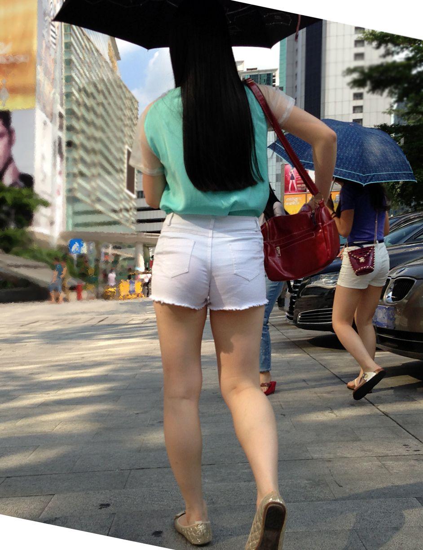 白ホットパンツを履いた事で下着が透けちゃう!