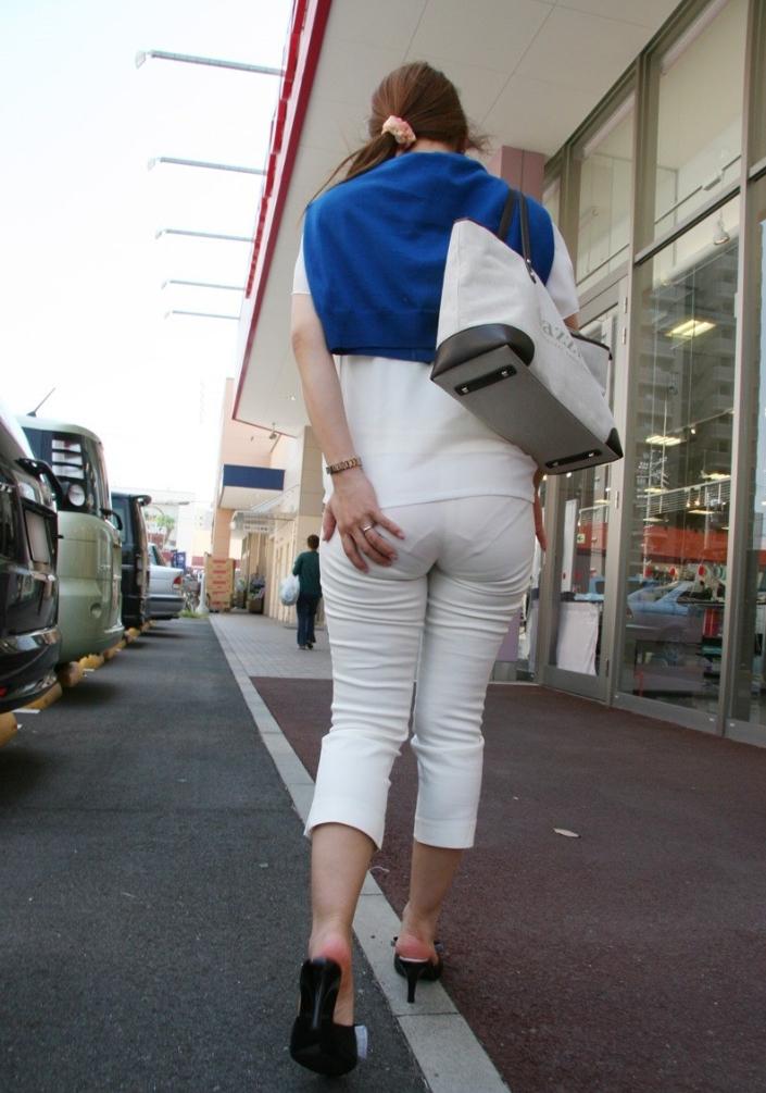 街中で素人美女のパンティーラインが堪らん!