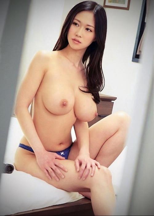 清楚な美女の爆乳がセクシーで堪らんよ!