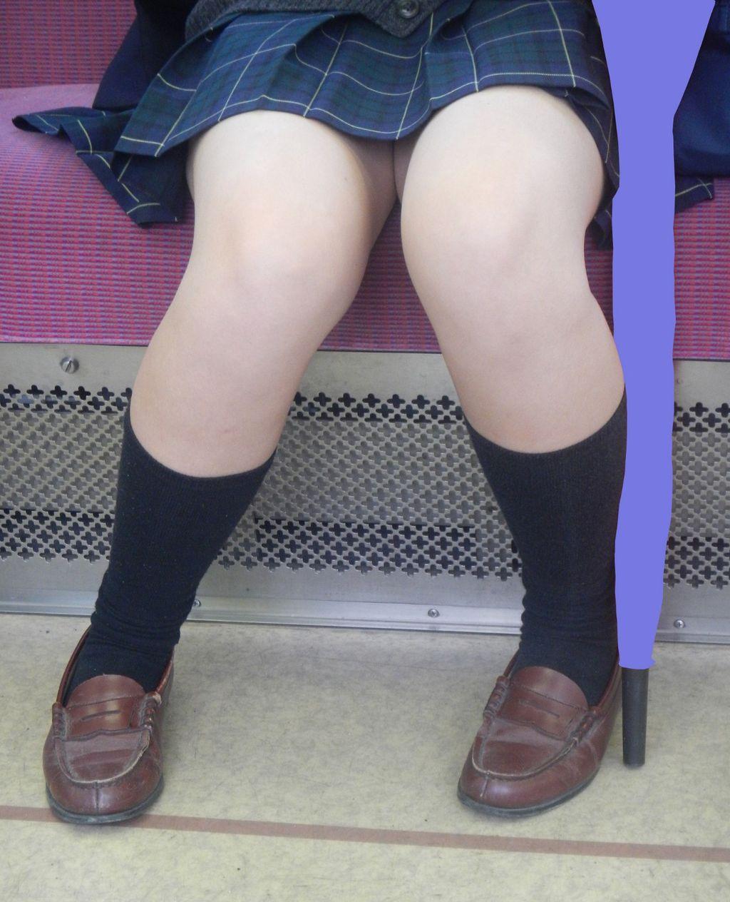 電車内で女子校生の生足をゲット!