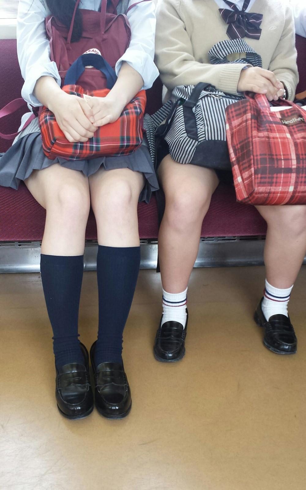 太もも丸出しで無防備な電車内の女子校生!
