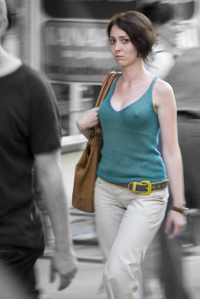 ノーブラで乳首を透かしながら街中を歩く!