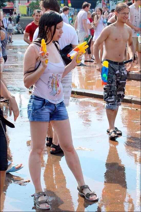 服が水で濡れて下着が透けてる美少女外国人!