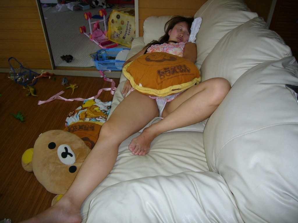 パンツを丸出しで寝ている嫁を撮影!
