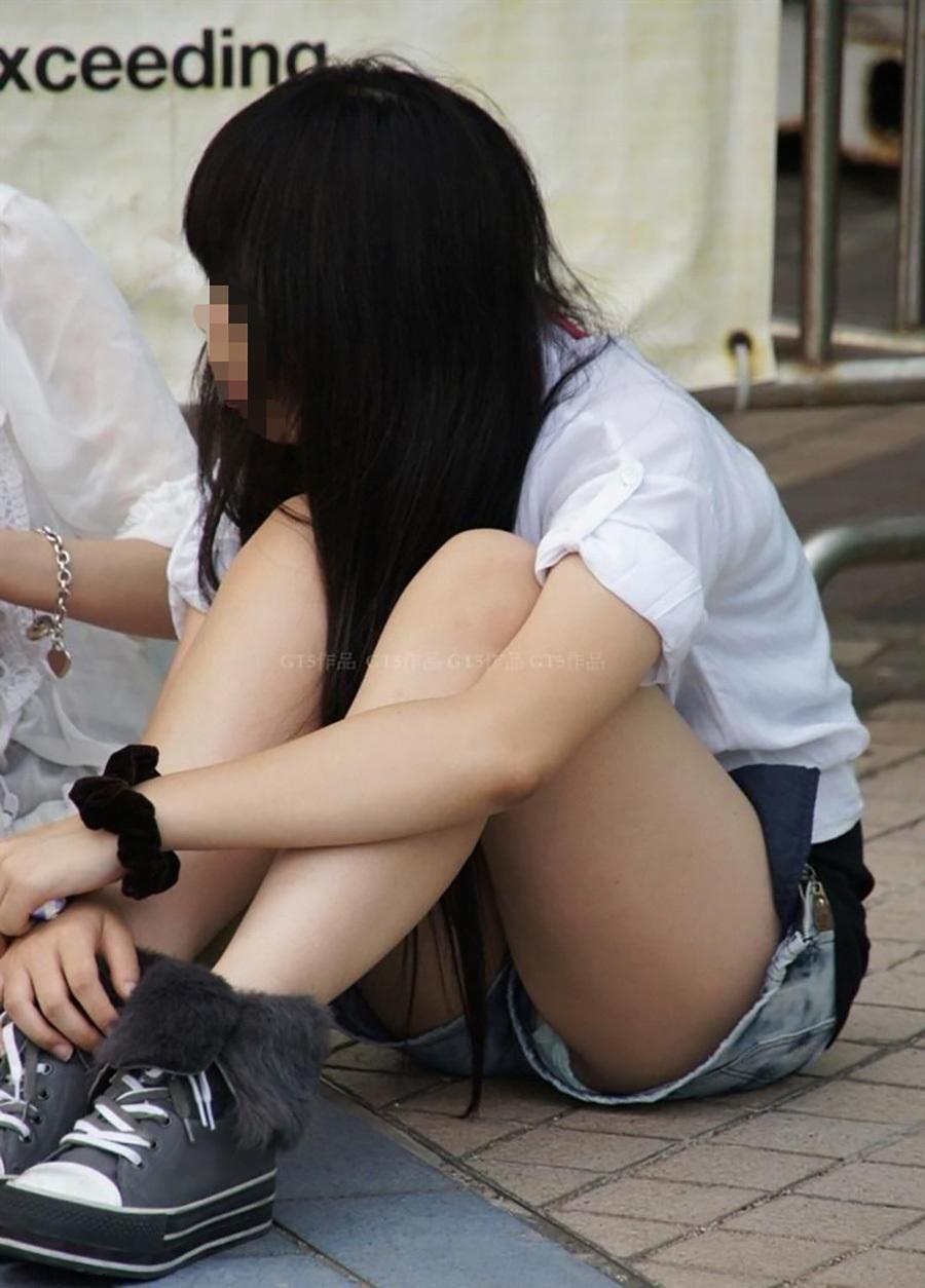 ホットパンツで体育座りしてパンツが見えてる!
