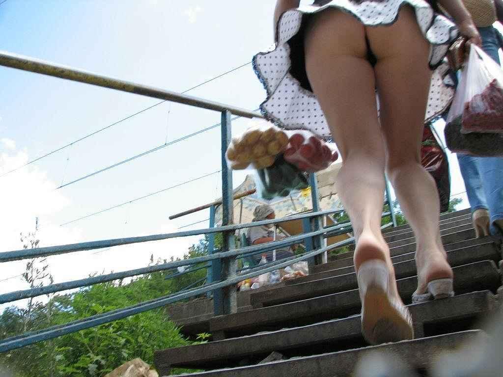 階段をのぼるミニスカ女子がお尻丸出し!
