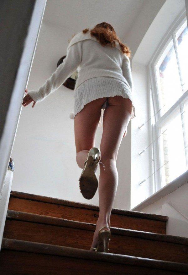 階段を上がるミニスカギャルを逆さ撮り!