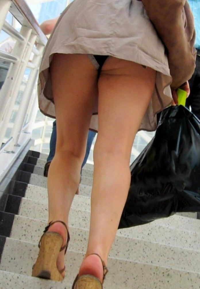ミニスカートを下から覗く事ができる階段パンチラ!