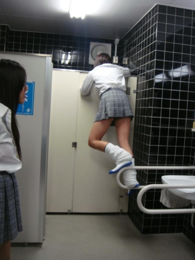 トイレで悪ノリして覗き見する女子校生!