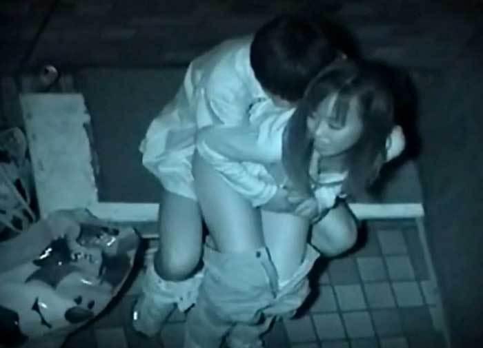 背面座位で密着してるカップルを隠し撮り!