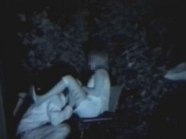 ベンチに座る彼女の股に顔を埋めてクンニ責め!
