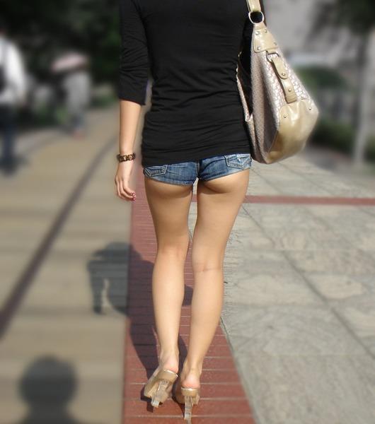 尻肉が見えるほど短いホットパンツを履いてます!